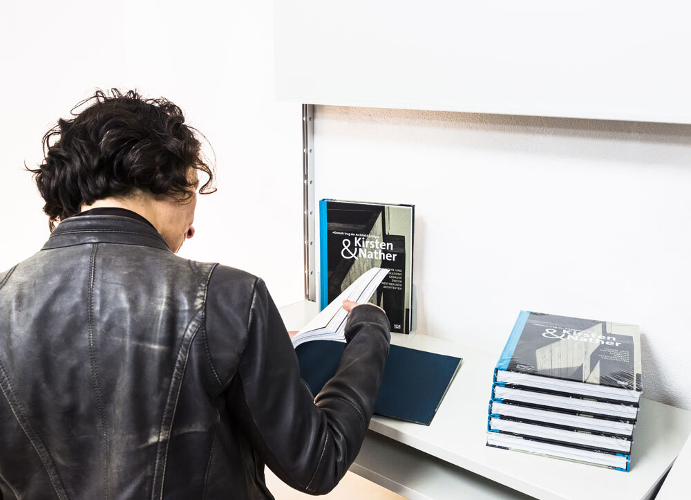 ARCH+ feature 46, Kirsten & Nather / ExRotaprint: ARCH+ displays mit Material zur Publikation